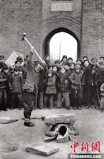 《中国》街头卖艺,北京,1957年。(图片出自《马克·吕布 东方印象》 授权作品 请勿转载)