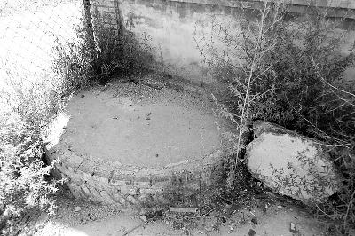北安河村四口登记在册的古井中,有三口隐没在拆迁废墟中,仅存的西井也被水泥封死