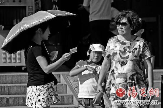 """昨日,大雁塔附近""""黑导游""""拦路向游人发放私印的信息卡"""