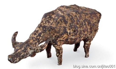 2005年翰海春拍铜雕《低首牛》,作品5/8,22×48×20厘米,成交于35.2万元