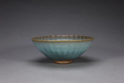 元代 钧窑天蓝釉紫红斑菊瓣碗 北京故宫博物院藏
