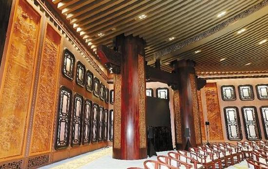 会议大厅使用了大量窗花和木雕。