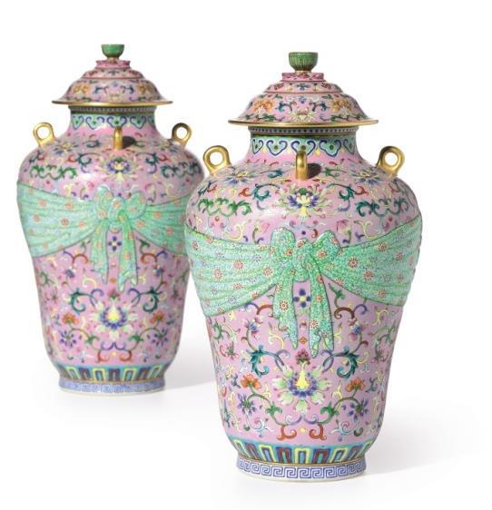 清乾隆 粉彩粉地包袱式四系盖罐一对    《大清乾隆年制》款    总高 23.9 公分