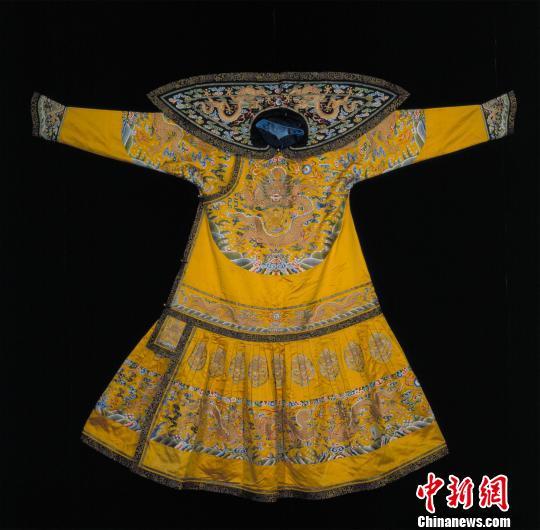 展品:明黄色缎绣彩云金龙纹男夹朝袍。 故宫博物院供图 摄
