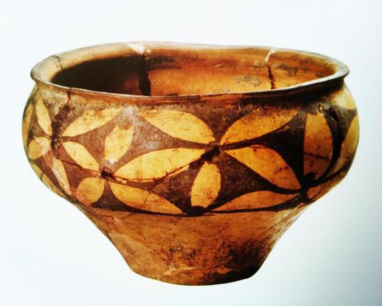 花瓣纹彩陶钵