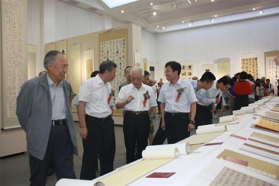 柳斌(左一)、徐国宝(左二)、周铁农(右二)、郭子良(右一)等领导嘉宾在观看展览时亲切交流