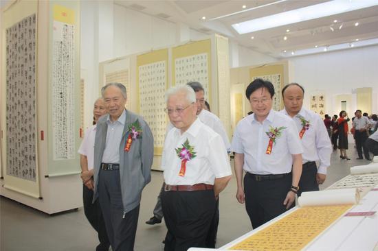 周铁农(左二)、柳斌(左一)、郭子良(左三)等领导嘉宾观看展览