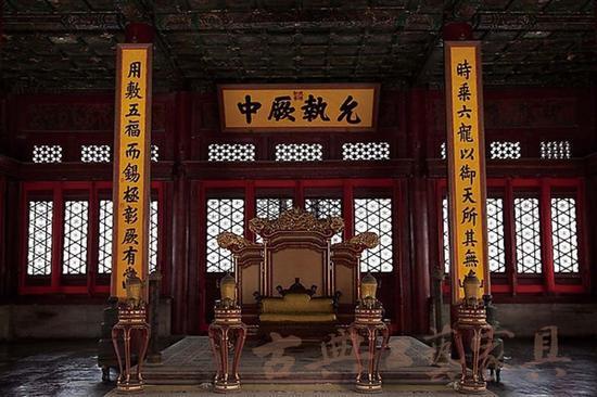 朱由校于天启五年亲自规划大殿的重修工作,于天启六年九月建成皇极殿、中极殿和建极殿。   1