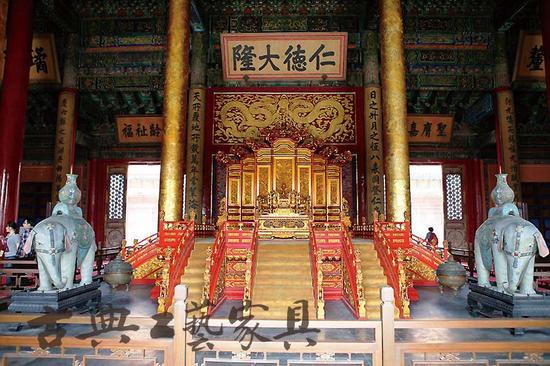 朱由校于天启五年亲自规划大殿的重修工作,于天启六年九月建成皇极殿、中极殿和建极殿。   2
