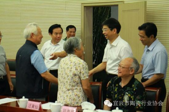 沈书记等领导和大师们一一握手问好