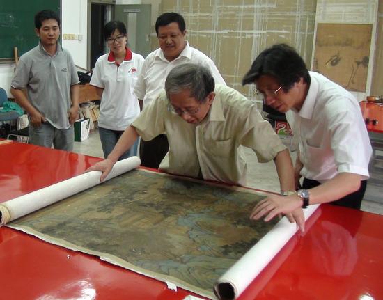 邓拓藏品中沈周的《拟赵松雪万木奇峰图》修复现场。