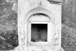 下寺村古塔失窃的汉白玉佛龛门上,雕刻着精美的兽头吐水图案和金刚力士形象(资料图)