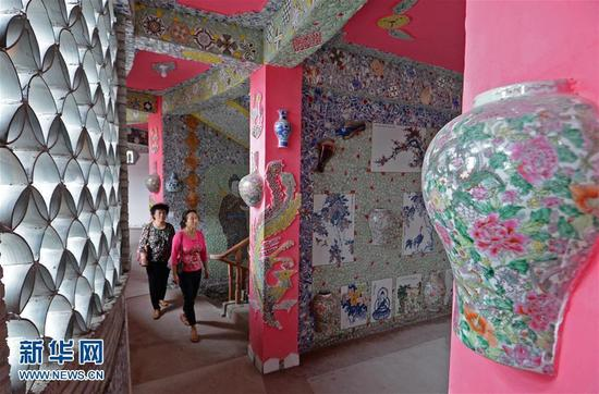 """9月21日,慕名而来的游客在""""瓷宫""""内参观。新华社记者 万象 摄 图片来源:新华网"""