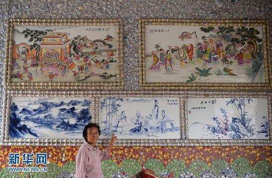 """9月21日,余二妹在介绍""""瓷宫""""内的瓷板画。新华社记者 万象 摄 图片来源:新华网"""