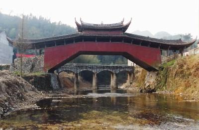 洪水后,横跨东溪的溪东桥整体结构尚可。本报记者张勇摄