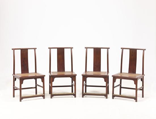 Capture One-8104_副本▲黄花梨带铜饰灯挂椅四张一堂 明末 16世纪至17世纪中叶 长:52厘米;宽44厘米;高96厘米;座高46厘米