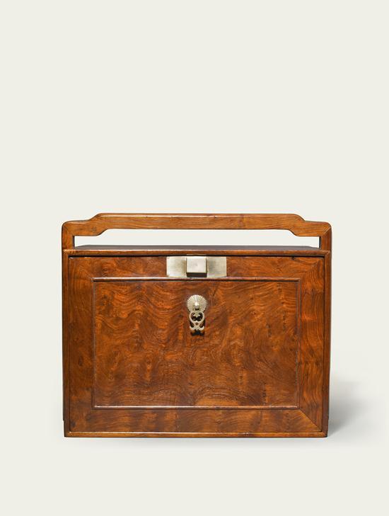 ▲黄花梨插门式药箱 清初 17世纪中叶至18世纪初 长:35厘米;宽:25厘米;高:29厘米