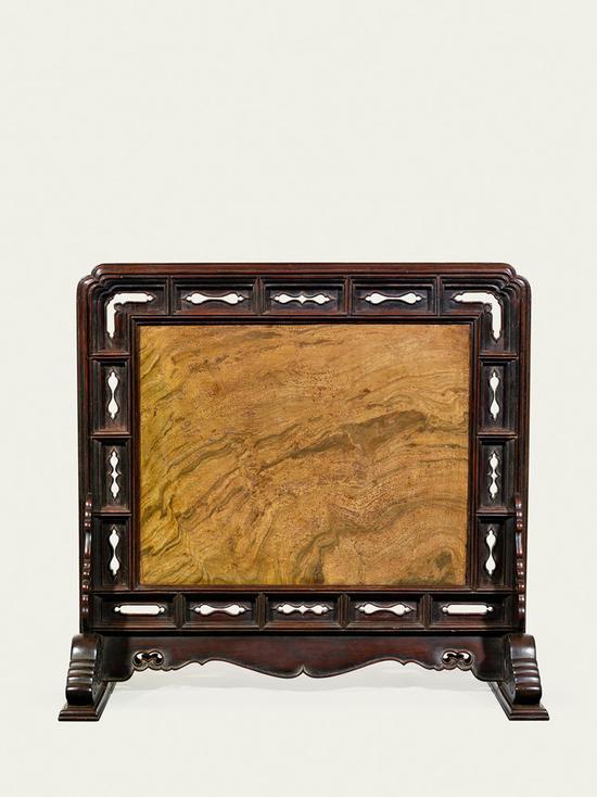 ▲黄花梨镶蛇纹石座屏风 明末 16世纪中叶至17世纪初 长:57厘米;深36厘米;高67.5厘米