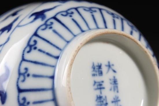 青花缠枝花卉碗细节图