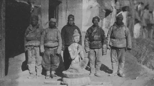 1924年外国古董商雇佣当地农民从敦煌石窟凿下的佛像。