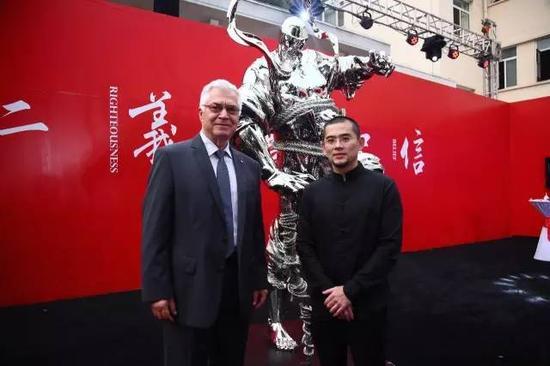 觽堂雕塑家任哲(右一)亲自给嘉宾讲解,他也是这些雕塑作品的创作者