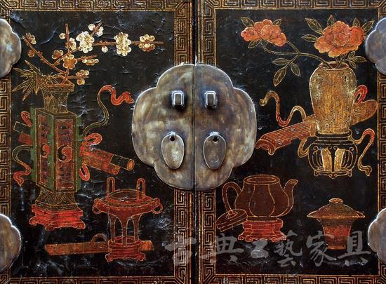 图4-2 柜门纹饰特写