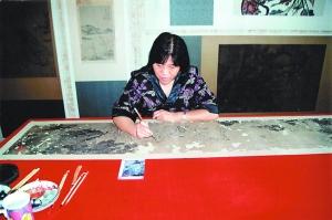 上海博物馆文物修复高级技师孙坚在修复古画