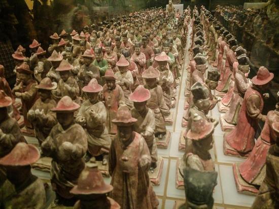 陕西省西安市,国庆黄金周期间,陕西历史博物馆内展出的300余件明代彩绘陶仪仗俑群。