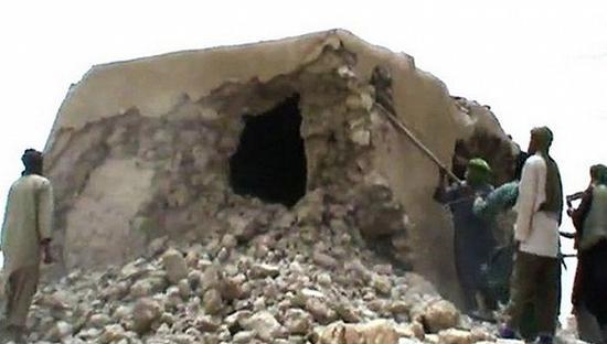 极端分子在马里城市廷巴克图毁坏古迹。图片来源:视频截屏