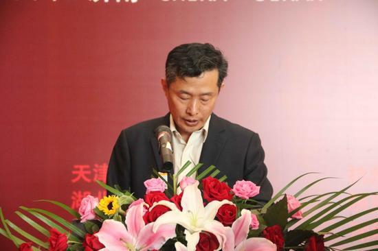 山东美术馆馆长柳延春上台宣读获奖名单