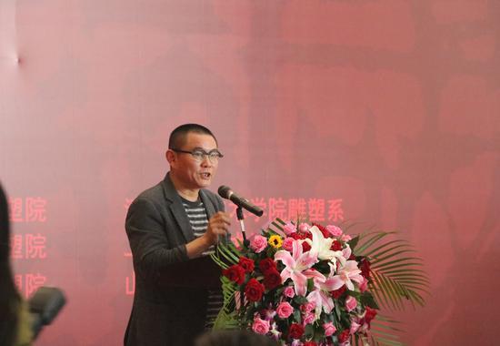 中国雕塑学会副会长、湖北美术馆馆长傅中望上台宣读获奖名单