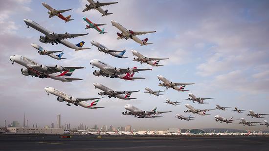图为摄影师在迪拜机场,从早上6点到8点拍摄的起飞的飞机.