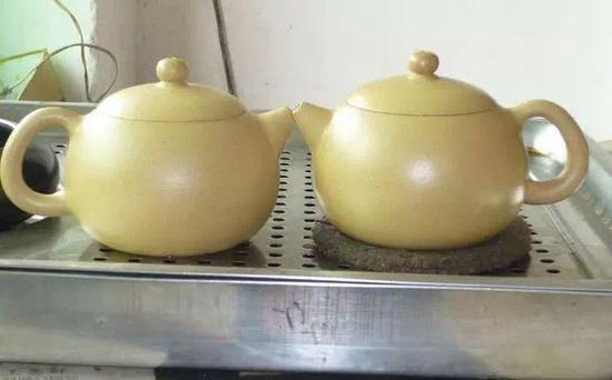 左边是刚出窑的,右边是红茶泡养半个月的