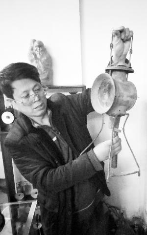 本组图片摄影 石天蛟  王成武和他的灯具藏品。