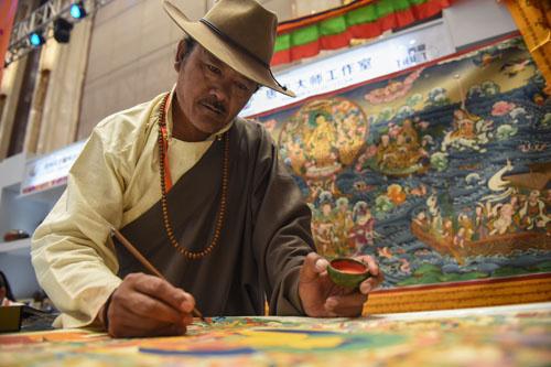 资料图:一位来自西藏的手工艺人在博览会现场绘制唐卡。新华社记者 欧东衢 摄