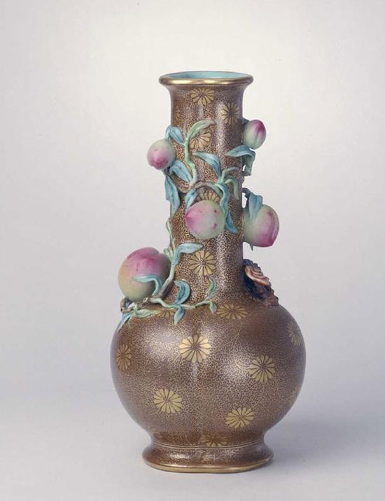 酱地描金凸雕灵桃瓶,清乾隆,高21.3cm,口径5.2cm,足径7.2cm