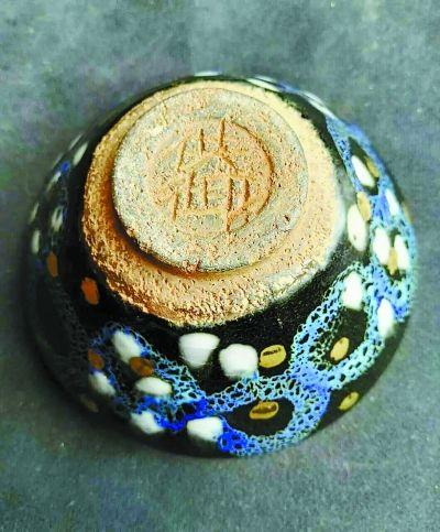 宋代建窑茶盏有没有加金的?近日资深藏家王声伟先生在家中展示了他早年收藏的曜变加金加彩天目宋盏。