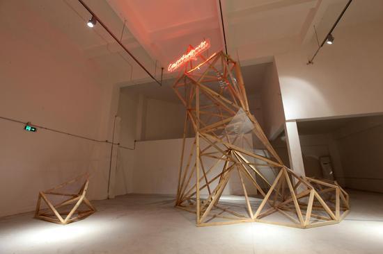 """""""悬崖""""尺寸:高6.5米,装置雕塑"""