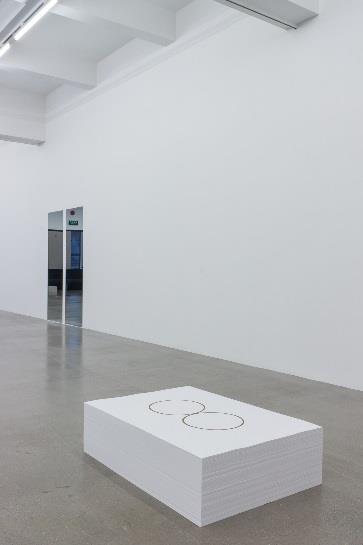 由上至右:《冈萨雷斯-托雷斯》展览现场,上海, 2016 年 9 月 30 日至 12 月 25 日。策展人:拉瑞斯·弗洛乔( Larys Frogier)及李棋,由上海外滩美术馆举办。 ©The Felix Gonzalez-Torres,基金会。由纽约 Andrea Rosen Gallery 提供