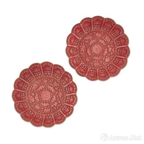 清乾隆 剔红牡丹五福纹漆盘(一对) 直径33cm 估价20,000 - 30,000英镑