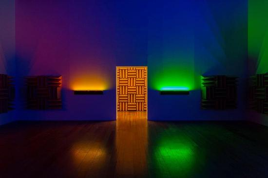 哈龙·米尔扎,《 A Chamber for Horwitz; Sonakinatography Transcriptions in Surround Sound》, 2015 年。特定声音视觉设备、LED 灯、扬声器及塑胶泡沫。尺寸可变。 ©哈龙·米尔扎;图片由里森画廊提供