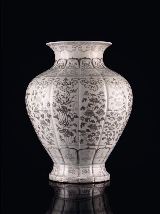 明洪武 釉里红四季花卉纹瓜棱石榴尊 H:51 cm RMB 12,000,000-15,000,000