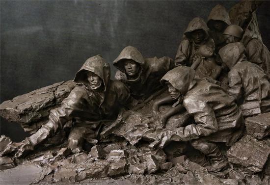 邓柯作品_《风雨同舟》铜,长180cm,宽120cm,高150米cm 2009年