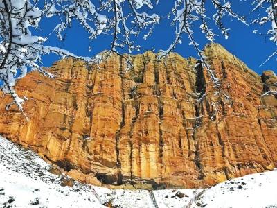 11月6日,天放晴,天山冰雪开始融化,位于岩壁高处的岩画露出真颜。