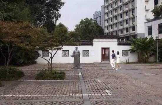 《魏源》雕像,高2m,基座0.13m,安放位置:魏源故居广场左侧
