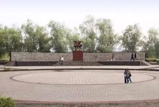 《陈霸先》雕像,高2.5m,基座2.2m,安放位置:广场高台中心
