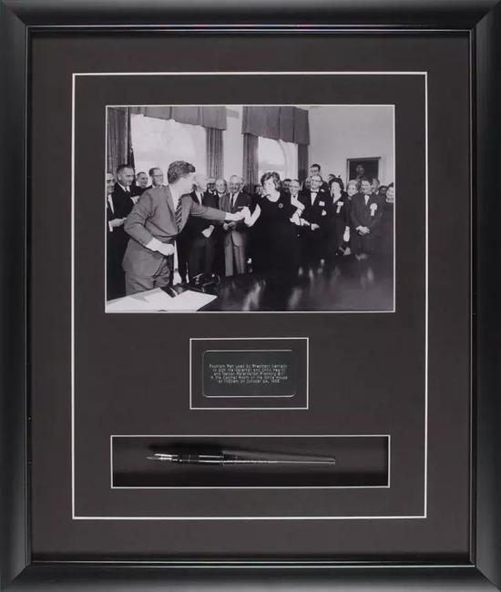 肯尼迪总统1963年签署法案时使用的钢笔及现场照片