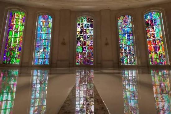 """""""天堂系列""""作品全透膜窗贴展览效果图。图片:致谢震旦美术馆"""