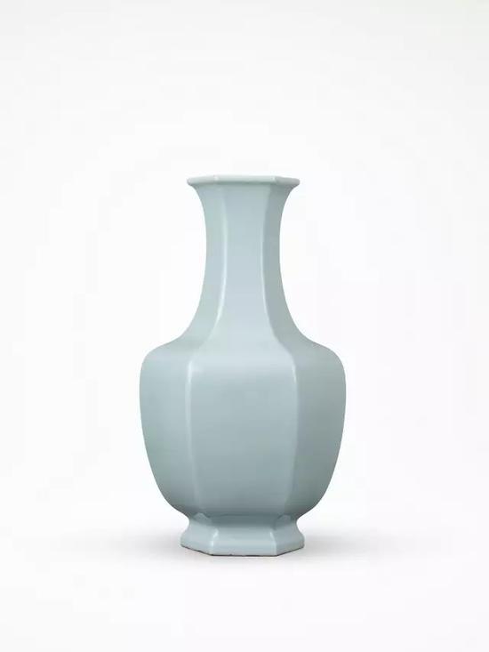 清乾隆 天蓝釉六方瓶