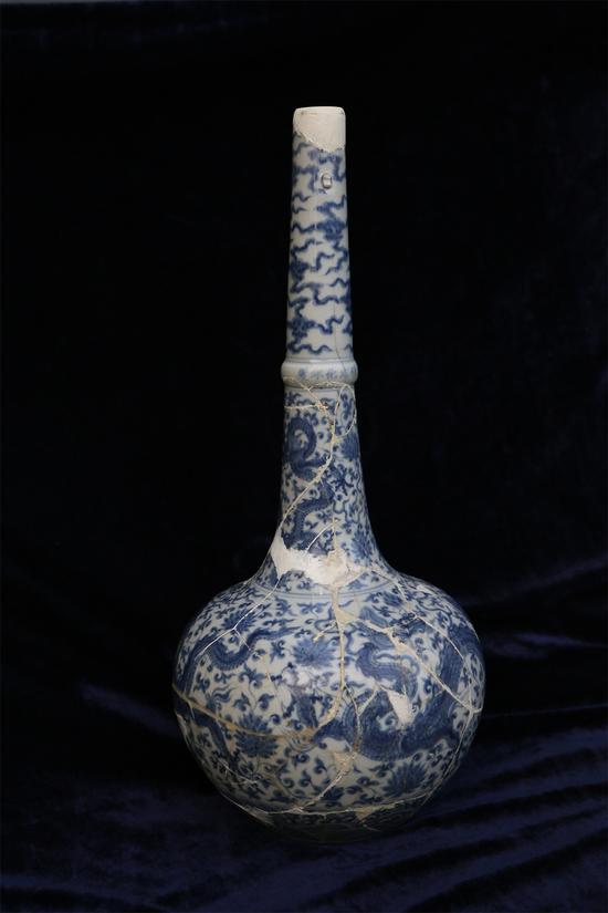 明成化青花龙穿花纹鹤颈瓶 H:49.5cm 起拍价RMB:120,000